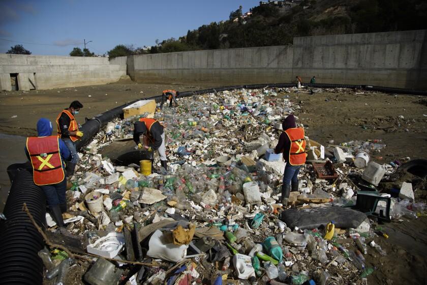La organización sin ánimo de lucro Wildcoast, de Imperial Beach, instaló una barrera en el cañón de Los Laureles