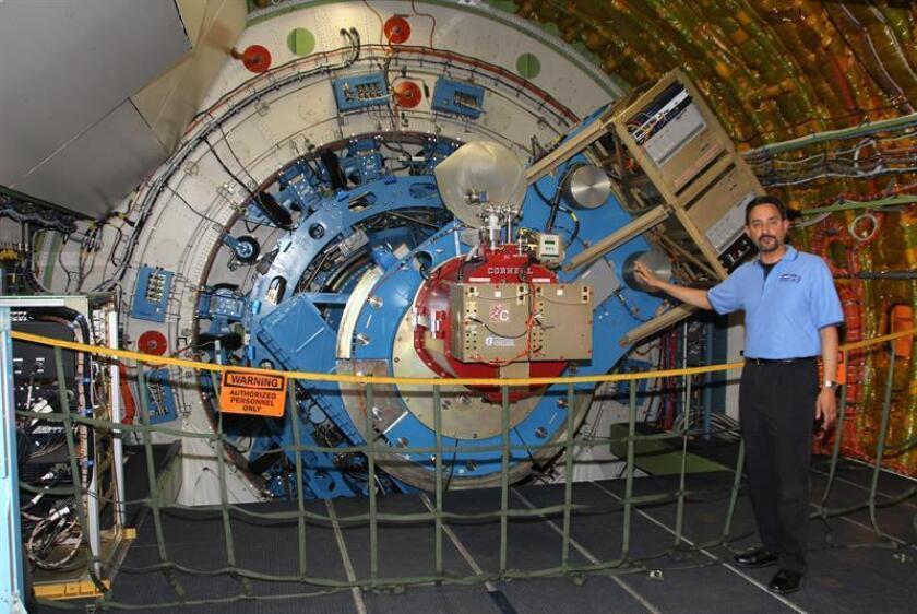 Eddie Zavala, gerente del programa Observatorio Estratosférico de Astronomía Infrarroja (SOFIA) de la NASA, muestra el interior del telescopio infrarrojo a bordo del avión SOFIA el 12 de junio 2013, en la base de NASA Dryden en Palmdale, California. EFE/Archivo