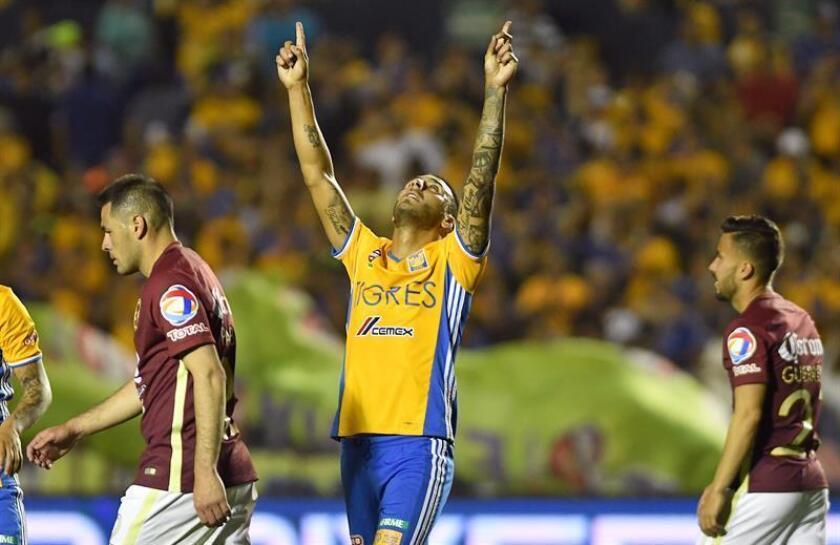 Ismael Sosa (c) de Tigres festeja una anotación ante Águilas del América. EFE/Archivo