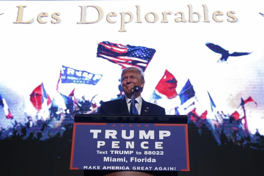 El candidato presidencial republicano Donald Trump sonríe al llegar a un mitin en el Centro James L. Knight de Miami el viernes 16 de septiembre de 2016. (AP Foto/ Evan Vucci)