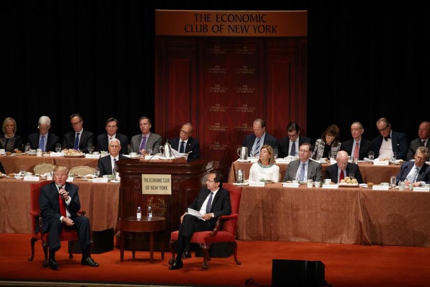 El candidato presidencial republicano Donald Trump, izquierda, habla con John Paulson durante un evento en el Economic Club de Nueva York, el jueves 15 de septiembre de 2016, en Nueva York. (AP Foto/ Evan Vucci)