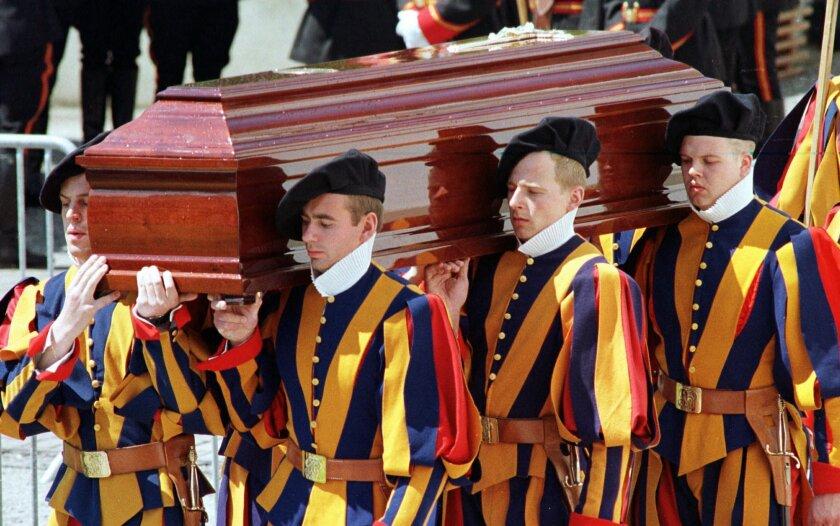 Miembros de la Guardia Suiza del Vaticano cargan el ataúd del comandante Alois Estermann