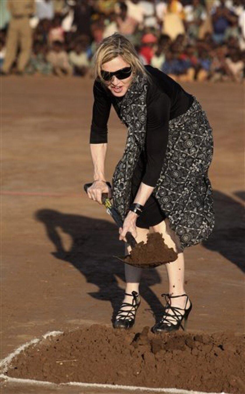 La cantante Madonna planta un �ol en la ceremonia de inicio de construcci�e su Raising Malawi Academy for Girls en Malawi, el lunes 26 de octubre de 2009. (Foto AP/Tsvangirayi Mukwazhi)