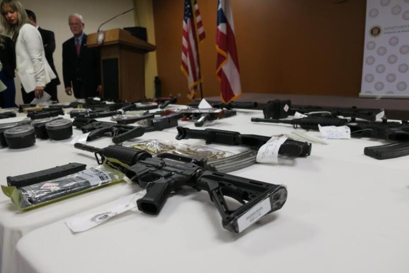 Vista de unas de las 35 armas que las autoridades federales y locales incautaron a una decena de personas son desplegadas, el martes 7 de noviembre de 2017, en San Juan, Puerto Rico. EFE/Jorge Muñiz/Archivo