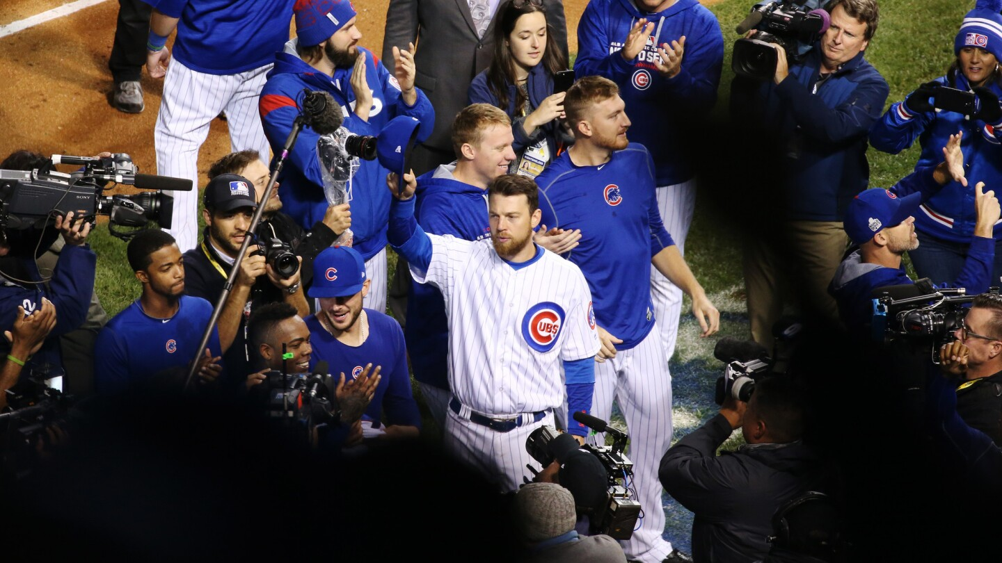 Chicago Cubs left fielder Ben Zobrist (18), center, and teammates acknowledge fans after a 3-2 Cubs win over the Cleveland Indians in Game 5 of the World Series at Wrigley Field Sunday, Oct. 30, 2016, in Chicago. (John J. Kim/Chicago Tribune)