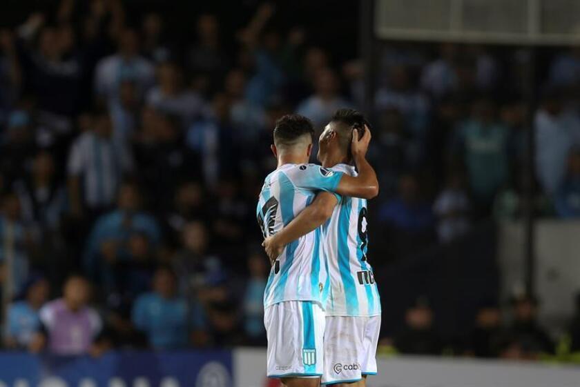 Jugadores del Racing de Argentina fueron registrados este miércoles al celebrar un gol que le anotaron al Corinthians de Brasil, durante el partido de vuelta de esta llave de la Copa Sudamericana, en Buenos Aires (Argentina). EFE