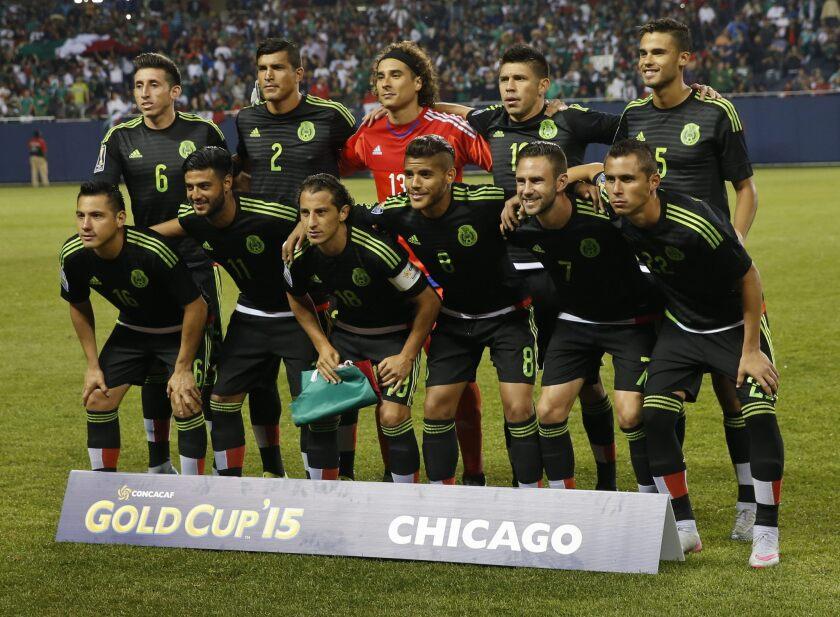 CHI039. CHICAGO (IL, EE.UU.), 09/07/2015.- El equipo de México forma antes de enfrentar a Cuba hoy, jueves 9 de julio de 2015, durante un partido de la Copa de Oro en el Soldier Field de Chicago, Illinois (EE.UU.). EFE/KAMIL KRZACZYNSKI ** Usable by HOY and FL-ELSENT Only **