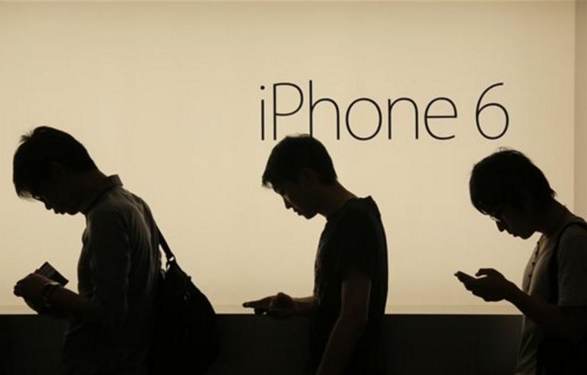 ARCHIVO - En esta fotografía de archivo del 19 de septiembre de 2014, personas esperan para comprar el nuevo iPhone 6 y iPhone 6 Plus de Apple afuera de una tienda Apple en Hong Kong. Apple está en medio de una disputa de patente en China que podría bloquear las ventas futuras del iPhone 6 en Beijing al menos que la compañía pueda darle la vuelta a un reciente fallo del regulador. (AP Foto/Vincent Yu, Archivo)