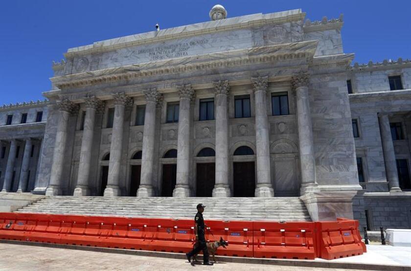 Un agente de la policía de Puerto Rico se observa a las afueras del Capitolio en San Juan (Puerto Rico). EFE/Archivo