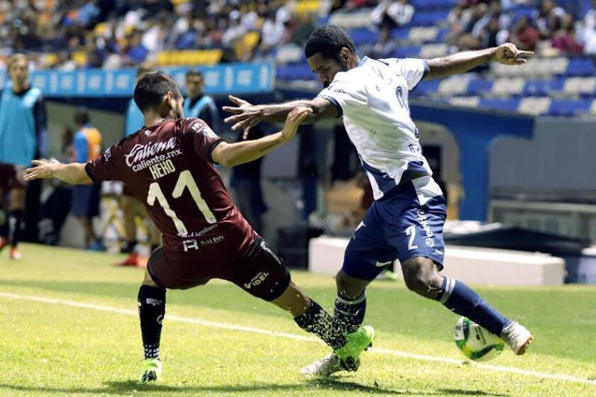 Los jugadores Daniel Villalva (i) de Querétaro y Brayan Angulo (d) de Puebla en acción durante un juego correspondiente a la jornada 9 del torneo mexicano de fútbol, celebrado este lunes ene l estadio Cuauhtémoc de Puebla (México). EFE