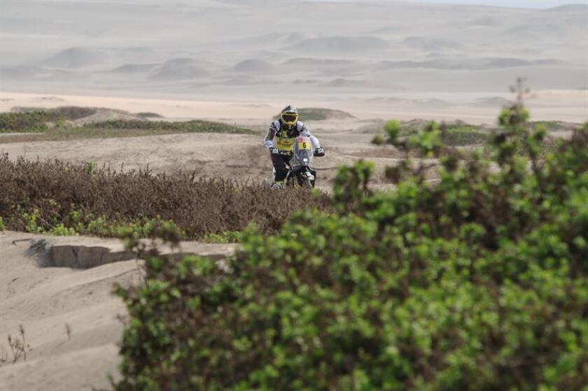 El chileno Pablo Quintanilla conduce su motocicleta Husqvarna hoy durante la tercera etapa del Rally Dakar 2019 entre San Juan de Marcona y Arequipa (Perú). EFE
