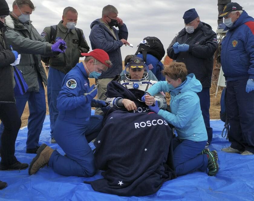 En esta imagen, distribuida por Rosaviatsiya, el astronauta de la NASA Chris Cassidy, sentado en una silla poco después de aterrizar cerca de la localidad de Dzhezkazgan, Kazajistán, en una sonda procedente de la Estación Espacial Internacional, el 22 de octubre de 2020. (Rosaviatsiya via AP)