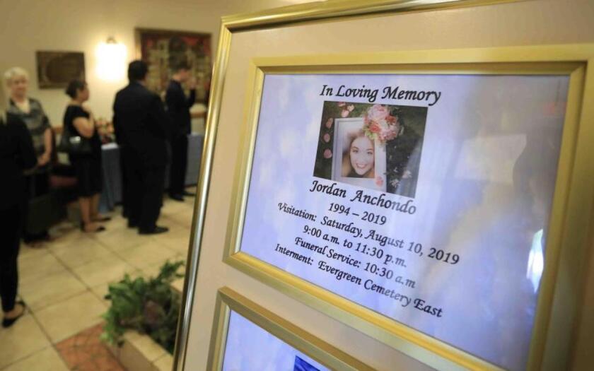 Gente asiste al oficio fúnebre de Jordan Anchondo en El Paso, Texas. Anchondo fue uno de los muertos en la masacre de El Paso en una tienda Walmart.