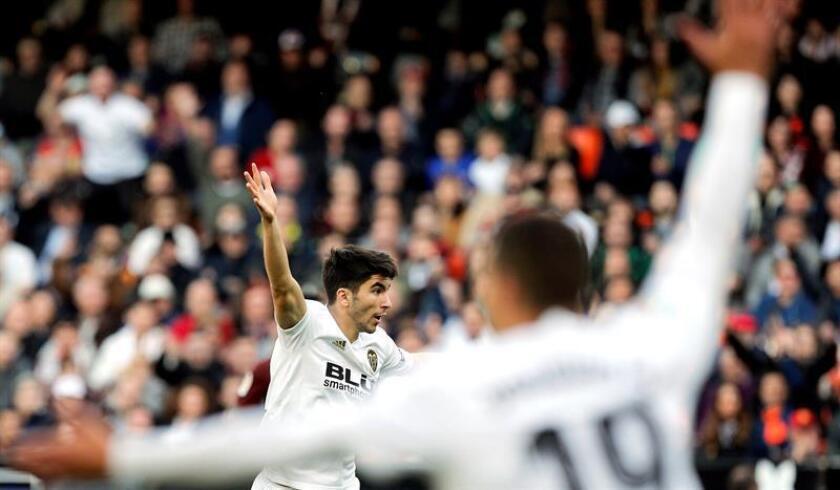 Los jugadores del Valencia, Carlos Soler (i) y el brasileño Rodrigo Moreno, durante el partido de anoche contra el Sevilla, encuentro de LaLiga Santander correspondiente a la decimoquinta jornada en el estadio de Mestalla. EFE