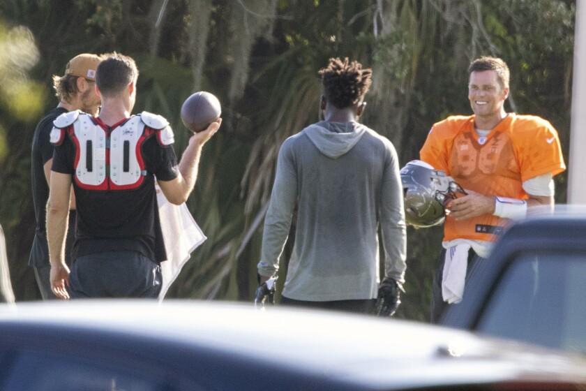 El quarterback de los Buccaneers de Tampa Bay Tom Brady, a la derecha, junto a algunos de sus compañeros de equipo en un entrenamiento privado en la Berkeley Preparatory School en Tampa, el martes 23 de junio del 2020 (Chris Urso/Tampa Bay Times via AP)