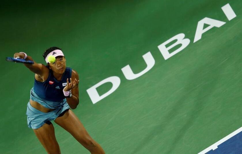 La tenista japonesa Naomi Osaka devuelve la bola a la francesa Kristina Mladenovic durante su encuentro de segunda ronda del torneo de Dubái. EFE