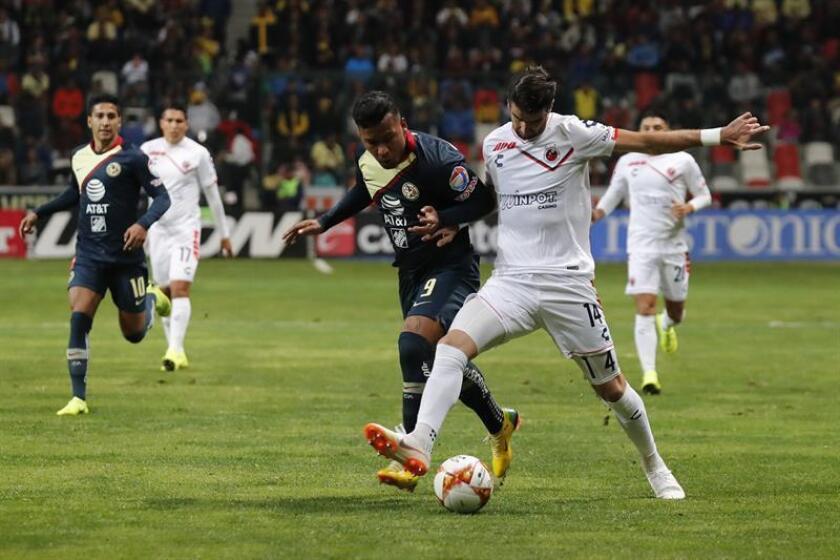 Roger Martinez from Mexican soccer team America (L) and Rodrigo Noya (R) from Veracruz vie for the ball in a match at the Nemesio Diez stadium in Toluca, Mexico. EPA-EFE/Jorge Núñez
