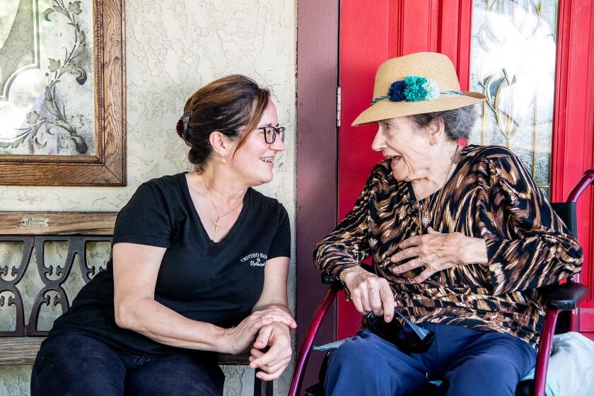 Bernadette Helton, a la izquierda, junto a su madre y propietaria del Centro Basco, Monique Berterretche, de 89 años. El restaurante ha estado en su familia desde 1970.