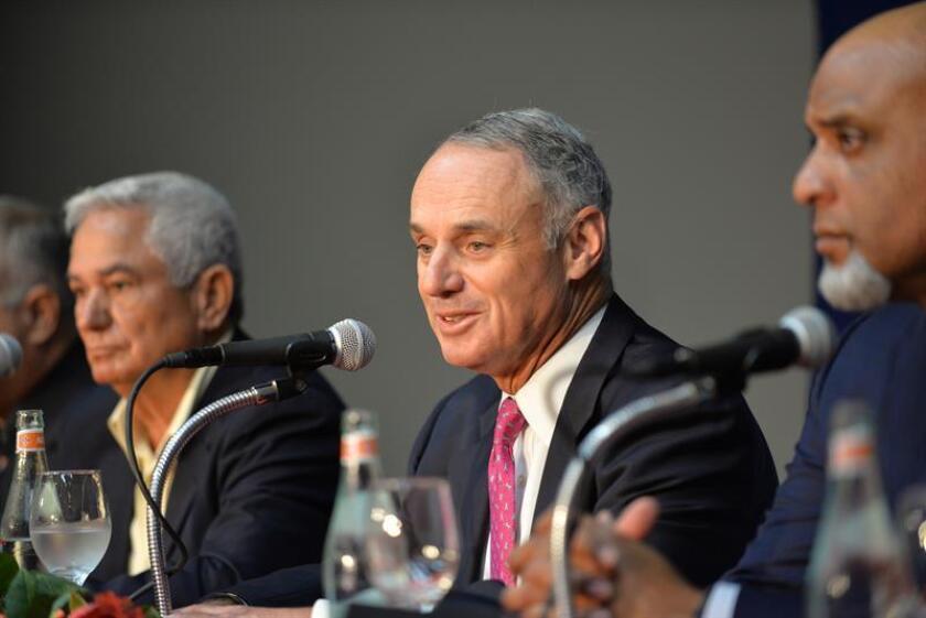 El comisionado de la MLB, Rob Manfred (c). EFE/Archivo