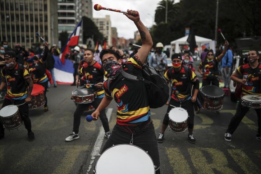 Jóvenes tocan tambores durante una protesta en contra del gobierno, el martes 20 de julio de 2021, en Bogotá. (AP Foto/Ivan Valencia)