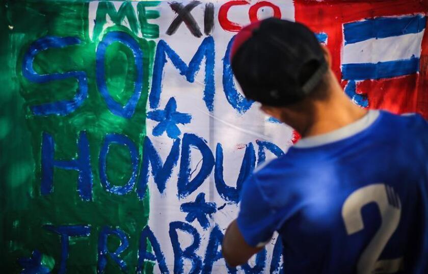 Miembros de la caravana migrante de centroamericanos permanecen en un albergue en la ciudad de Tijuana en el estado de Baja California (México). EFE