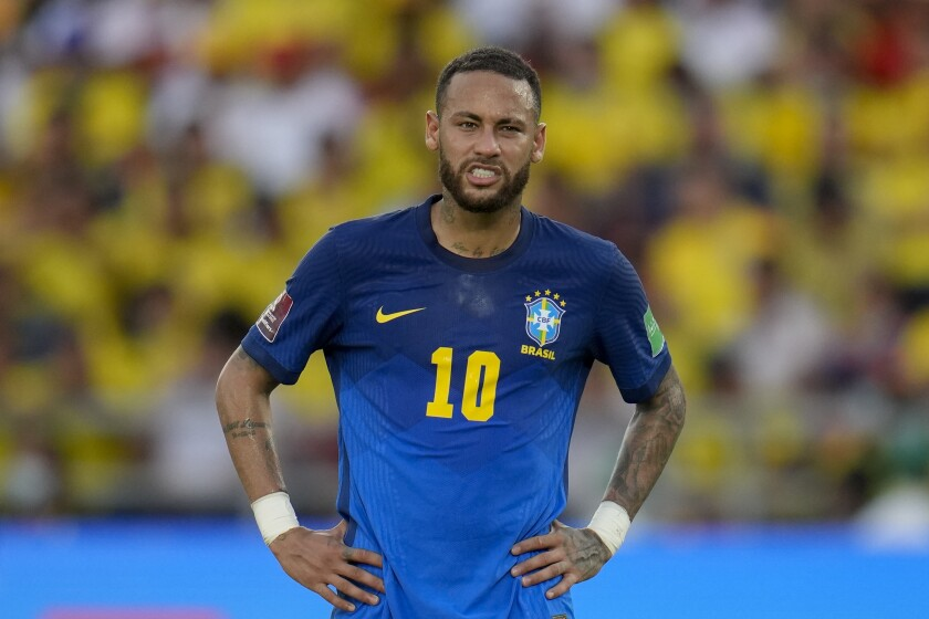 El delantero brasileño Neymar gesticula durante el empate 0-0 contra Colombia