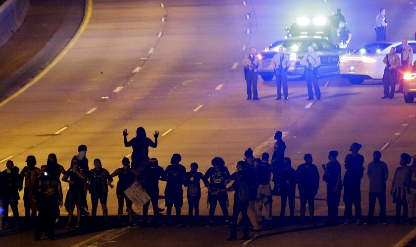 Numerosos manifestantes bloquean la interestatal 277 durante la tercera noche de movilizaciones el jueves 22 de septiembre de 2016 en Charlotte, North Carolina. (AP Foto/Gerry Broome)