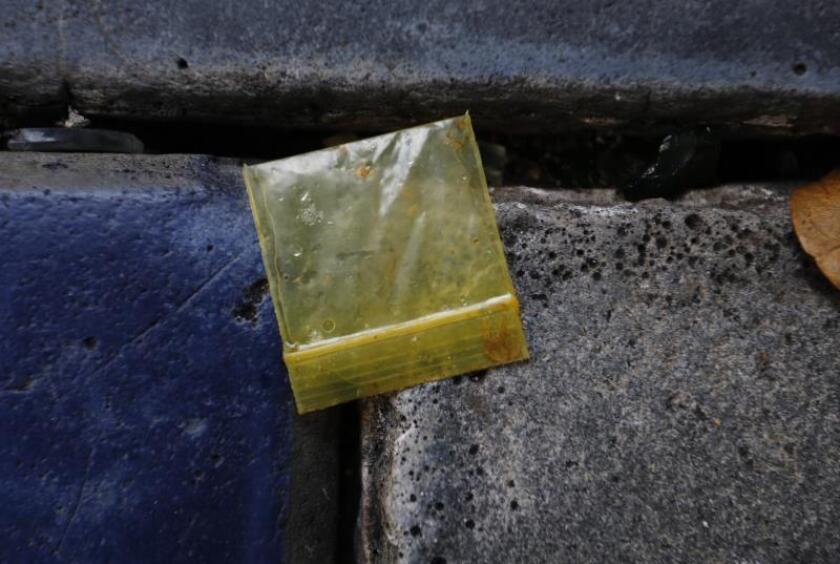 Imagen que muestra una bolsa vacia de marihuana tirada en una calle de San Juan, Puerto Rico. EFE/Archivo