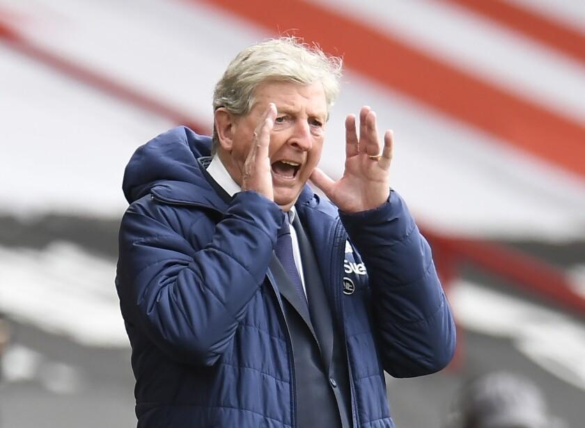 ARCHIVO - En esta foto del sábado 8 de mayo de 2021, el técnico de Crystal Palace Roy Hodgson da instrucciones durante el partido contra Sheffield United por la Liga Premier inglesa. (AP Foto/Peter Powell, Pool, archivo)