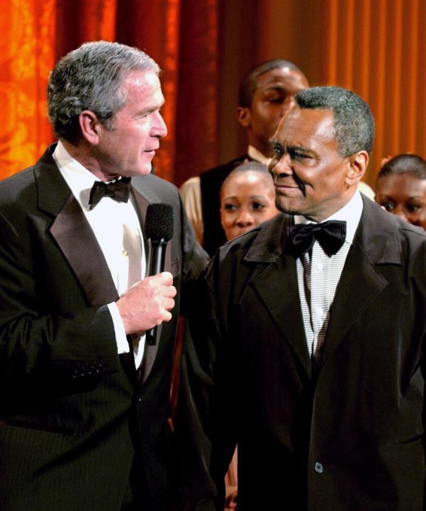 Fotografía de archivo tomada el 6 de febrero de 2006 que muestra al entonces presidente de los Estados Unidos, George Bush (i), junto al bailarín Arthur Mitchell en la Casa Blanca en Washington DC (Estados Unidos). EFE/Archivo