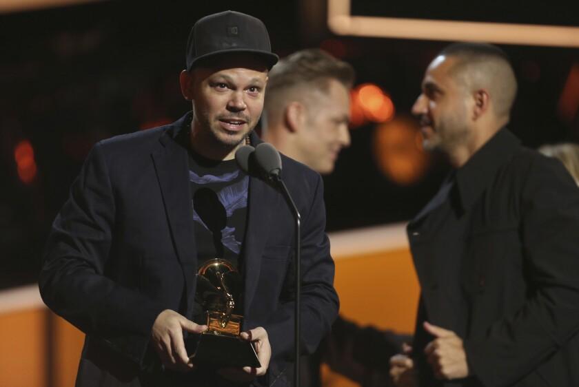 Residente mientras ofrece un discurso tras lograr el Grammy por Mejor Album Latino de Rock, Alternativo o Urbano.