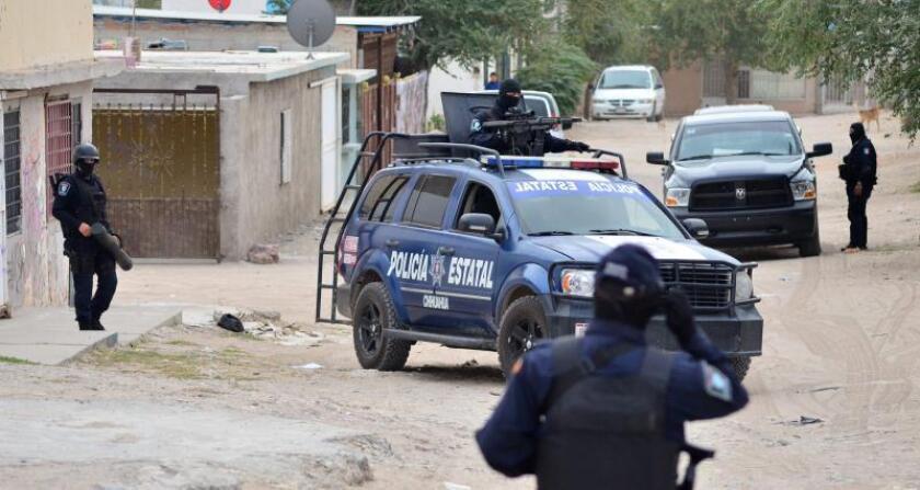 Miembros de la Policía realizan un operativo en una vivienda en Ciudad Juárez (México). EFE/Archivo
