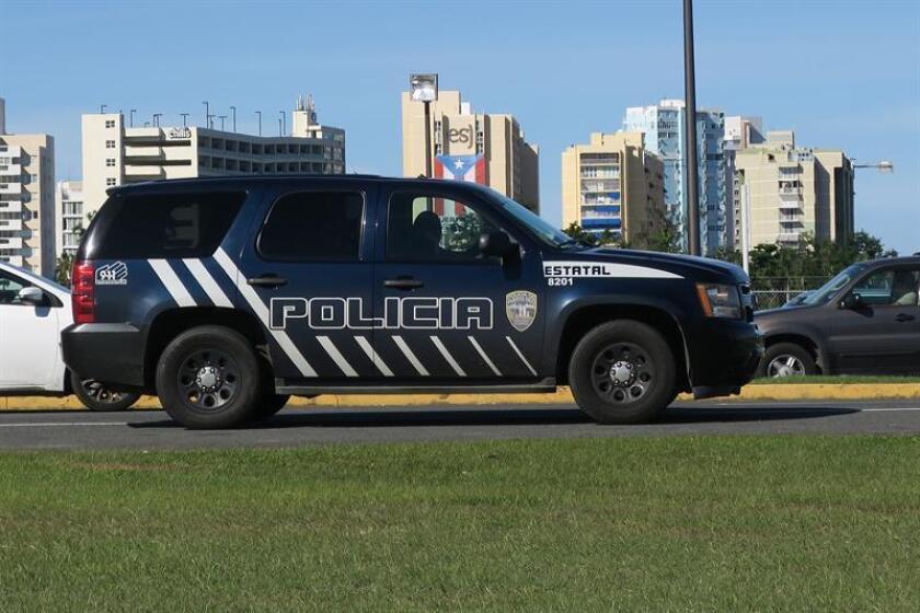 Vista de una patrulla de policía cerca del Aeropuerto Internacional Luis Muñoz Marín de San Juan (Puerto Rico). EFE/Archivo