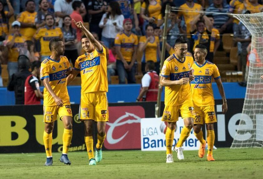 Jugadores de Tigres festejan una anotación ante Santos Laguna. EFE/Archivo