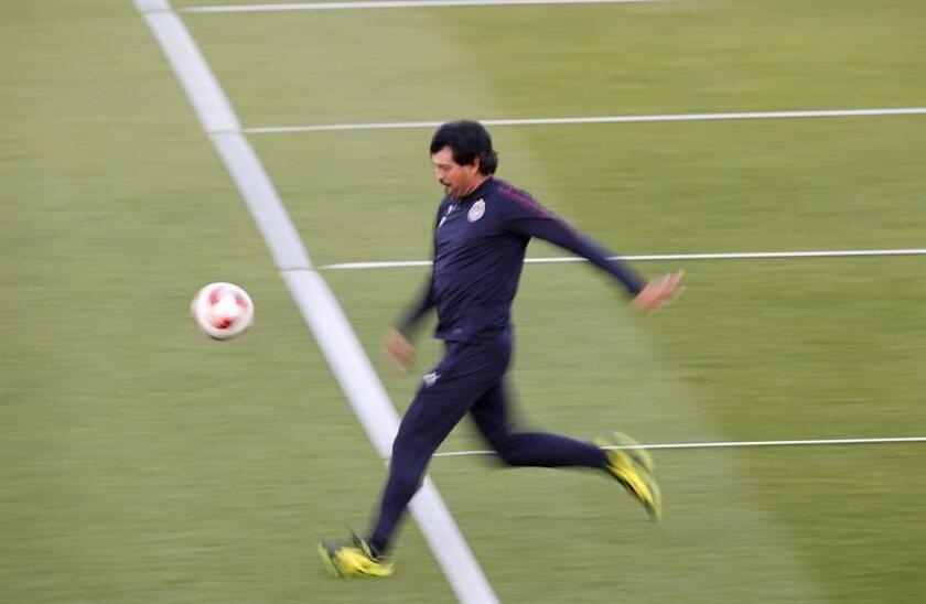 El entrenador paraguayo del CD Guadalajara, José Cardozo, asiste a un entrenamiento del equipo en Al Ain (Emiratos Árabes Unidos). EFE