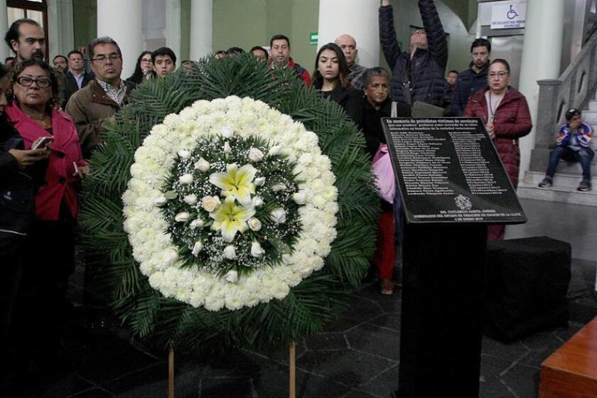 Comunicadores posan hoy junto a una corona de flores y una placa con los nombres de los informadores muertos en el estado de Veracruz (México). México celebra hoy el Día del Periodista con el desafío de acabar con la plaga de la violencia contra los profesionales de la comunicación al tiempo que se defiende la libertad de expresión y de información. EFE/ Archivo