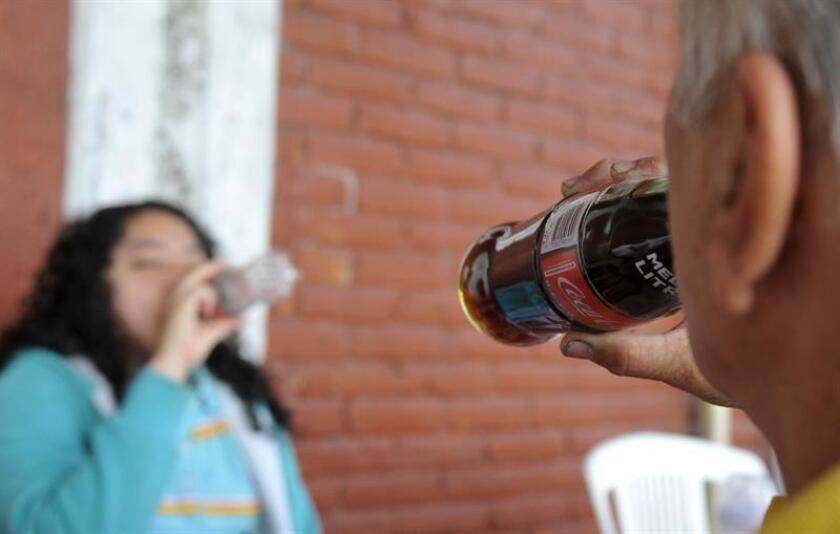 La especialista dijo que los refrescos son la principal fuente de azúcar de los mexicanos y aunque los impuestos a estos productos han disminuido un poco su consumo se necesitan políticas públicas más agresivas y dirigidas a proteger a los niños y adolescentes. EFE/Archivo