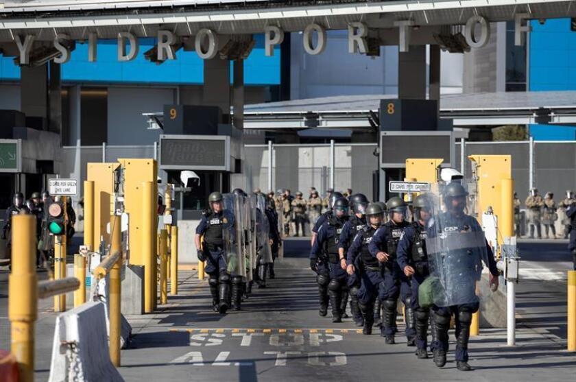 Agentes de U.S. Customs and Border Protection (CBP) durante un simulacro de contención de migrantes en la linea fronteriza de San Ysidro y la ciudad de Tijuana (México). EFE/Archivo
