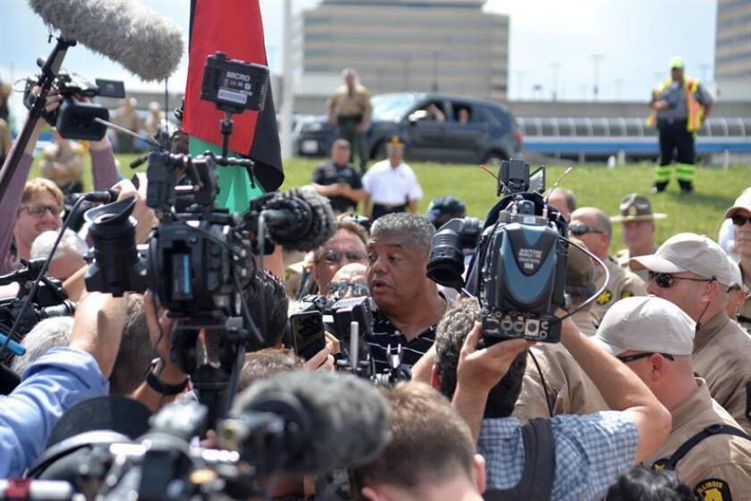 El reverendo Gregory Livingston habla con periodistas durante una conferencia de prensa realizada antes del intento de bloqueo de la carretera hoy, lunes 3 de septiembre de 2018, en Chicago, Illinois (EE.UU.). EFE