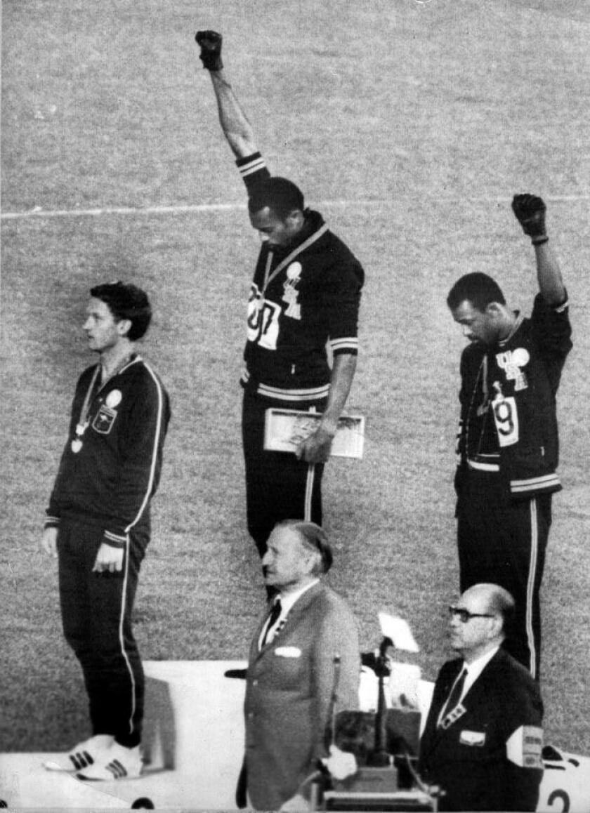 Peter Norman, Tommie Smith y John Carlos en el podio de los 200 metros lisos masculinos en los Juegos Olímpicos de México 68. EFE/Archivo