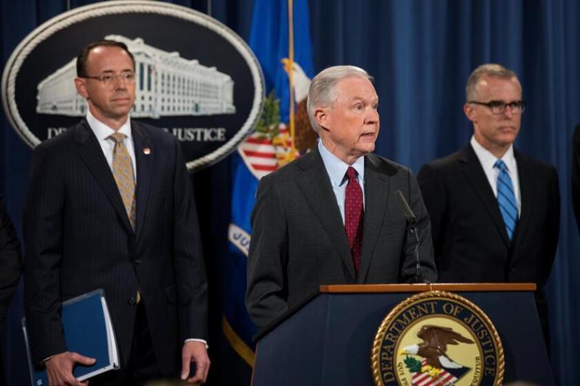 El fiscal general, Jeff Sessions (c), el fiscal general adjunto estadounidense, Rod Rosenstein (i), y el director del FBI en funciones, Andrew McCabe (d), ofrecen una rueda de prensa. EFE/Archivo