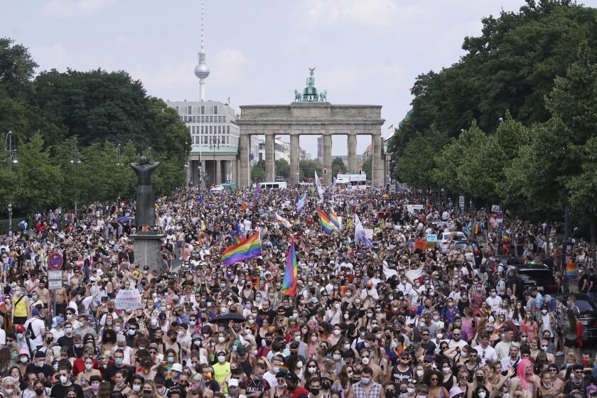 Miles de personas participan en el desfile anual del Día de la Calle Christopher en Berlín, Alemania, el sábado 24 de julio de 2021. (Jorg Carstensen/dpa vía AP)