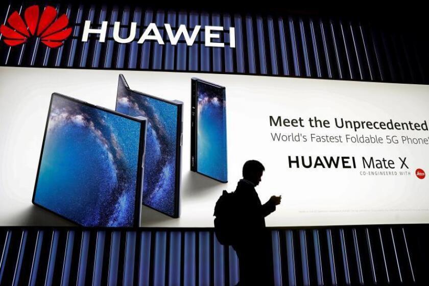Unos visitantes pasan ante el expositor de Huawei, durante la segunda jornada de la XIX edición del Mobile World Congress (MWC), el salón de referencia de la tecnología móvil, que se celebra hasta el jueves en Barcelona. EFE