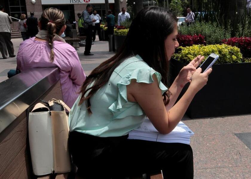 Una persona llena una solicitud de empleo en Ciudad de México (México). EFE/Archivo