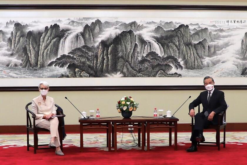 En esta fotografía proporcionada por el Departamento de Estado de Estados Unidos, la secretaria de Estado, Wendy Sherman (izquierda) y el ministro de Relaciones Exteriores de China, Wang Yi, se sientan juntos en Tianjín, China. (Departamento de Estado de Estados Unidos vía AP)
