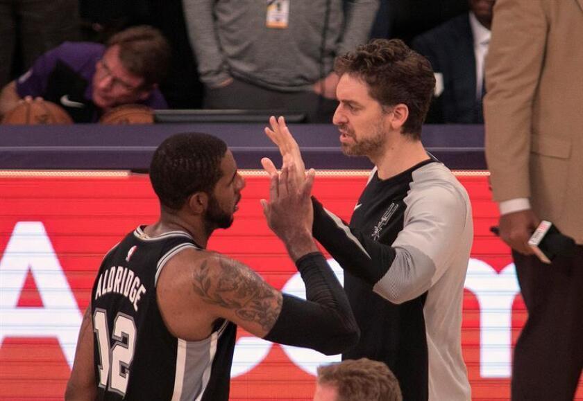 En la imagen, el pívot de los Spurs de San Antonio Pau Gasol y su compañero LaMarcus Aldridge celebran una victoria. EFE/Archivo