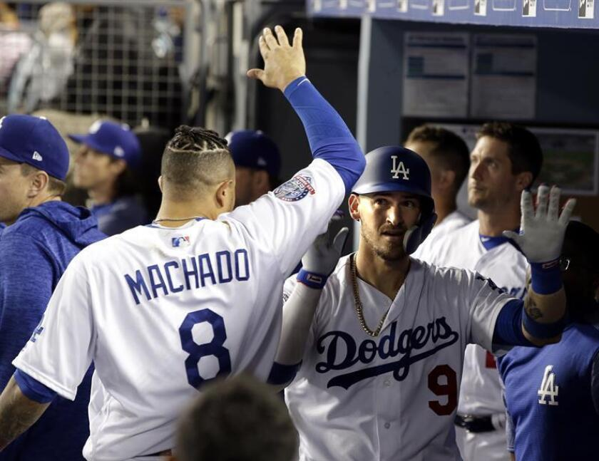 Los jugadores de Los Angeles Dodgers Yasmani Grandal (d) y Manny Machado (i), tras un partido disputado antes de ayer contra los San Diego Padres. EFE