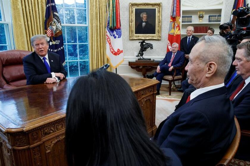 US President Donald Trump (l.) meets with China's Deputy Premier Liu He (r.) in the Oval Office of the White House on Feb. 22, 2019, the day negotiators representing the United States and China agreed to extend trade talks into the weekend in an effort to ease the current trade war between the two countries. EFE-EPA/Shawn Thew