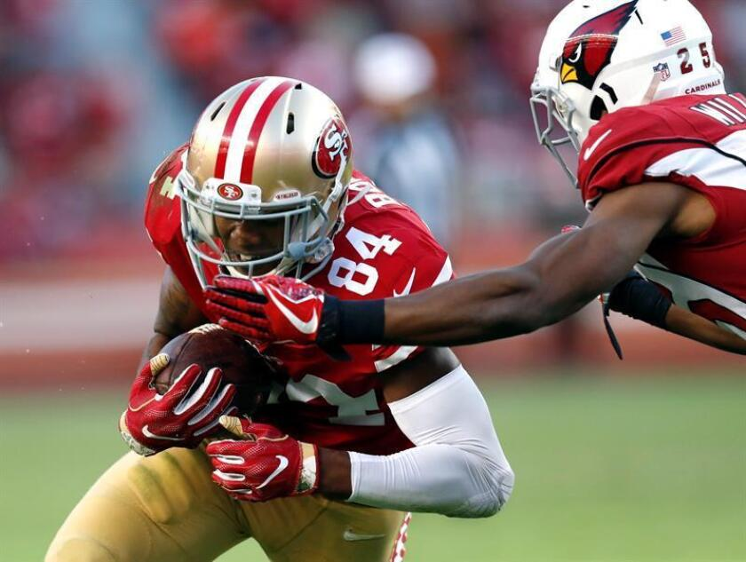 San Francisco 49ers wide-receiver Kendrick Bourne (L) hauls in a catch while trying to elude a tackle by Arizona Cardinals defensive back Tramon Williams (R) during the second half of the NFL American Football game between the Arizona Cardinals and the San Francisco 49ers at Levi's Stadium in Santa Clara, California, USA. EFE