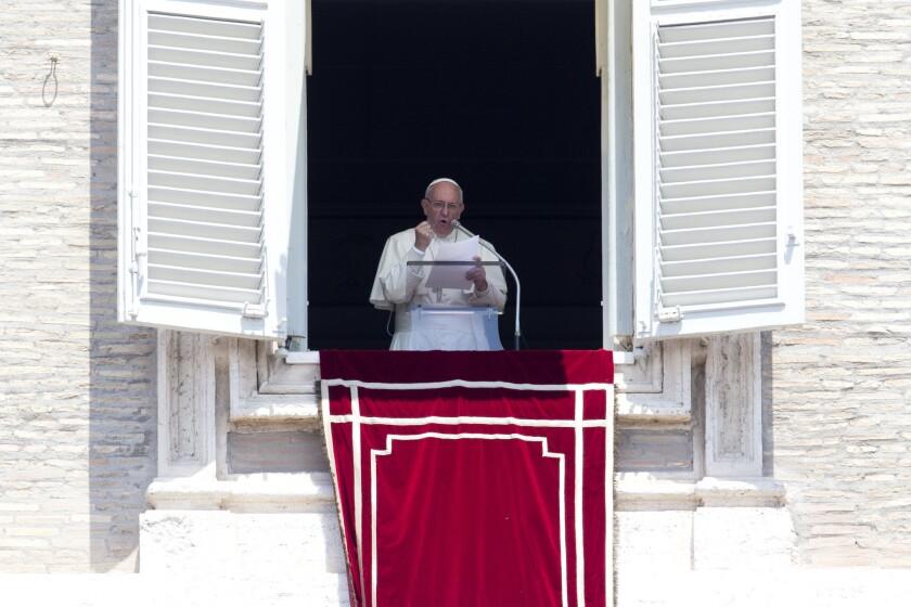 El papa Francisco habla durante la oración del Angelus desde la ventana de su estudio sobre la Plaza de San Pedro, Ciudad del Vaticano, domingo 3 de julio de 2016. (AP Foto/Andrew Medichini)